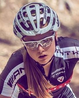 спортсмен в велоочках
