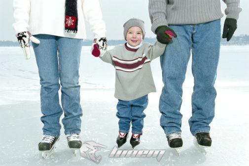 семья на коньках