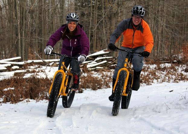 велосипедисты с зимней резиной